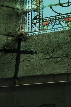Een kruis in een verlaten kerk van Melvin Meijer