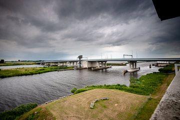 Dunkle Wolken über einer holländischen Deltalandschaft mit Brücke von Fotografiecor .nl