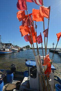 rode vlaggen bij de vissersboot, Vitte, Hiddensee van GH Foto & Artdesign