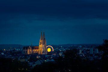 Skyline van de UNESCO-wereldcultuurerfgoedstad Regensburg met het Oktoberfest-rad bij nacht van Robert Ruidl