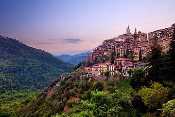 Bergdorp in Italie Apricale van John Leeninga