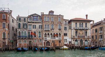 Oude paleizen en gondolas  in centrum van Venetie, Italie van Joost Adriaanse