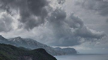 Küste mit dramatischem Wetter von Jürgen Hüls