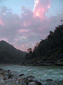 De rivier de Ganges bij zonsondergang in India van Nisangha Masselink