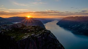 Zonsopgang op de Preikestolen, Noorwegen. van