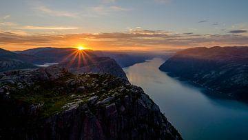 Zonsopgang op de Preikestolen, Noorwegen. van Koos de Wit