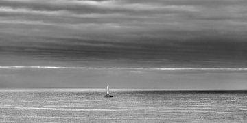 Zeilbootje op de oceaan aan de kust van Lanzarote. sur