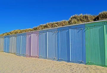 Vrolijk gekleurde strandhuisjes op het strand van Domburg von Judith Cool