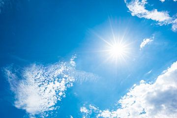 Blauwe lucht met felle zon van Günter Albers