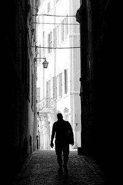 Silhouet in Italiaans steegje. van Maren Oude Essink