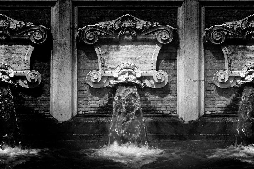 Waterspuwer, Italië (zwart-wit) van Rob Blok