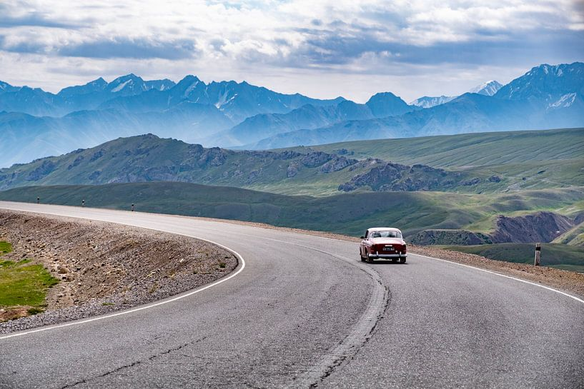 Auto (Volvo Amazon) door de bergen in Kirgizië van Geja Kuiken