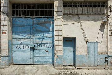 Porte de garage délabrée bleue à La Havane, Cuba sur Tjeerd Kruse