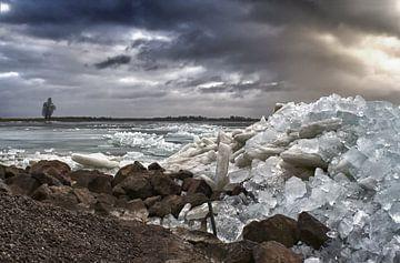 Bergen met ijsblokken en De hurkende man. van foto-fantasie foto-fantasie