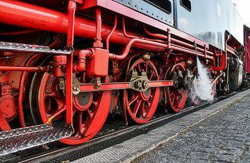 Nahaufnahme des Fahrwerks einer historischen Dampflokomotive von MPfoto71