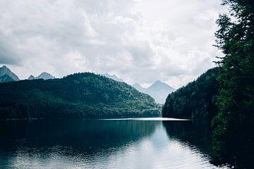 Dunkelblauer See von Patrycja Polechonska