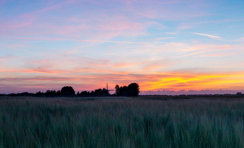 Landschap, molen in weiland bij  zonsondergang van Marcel Kerdijk