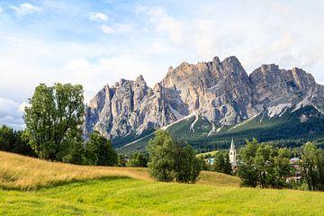 Cortina d'Ampezzo Stadtansicht mit Bergen von Gerben Tiemens