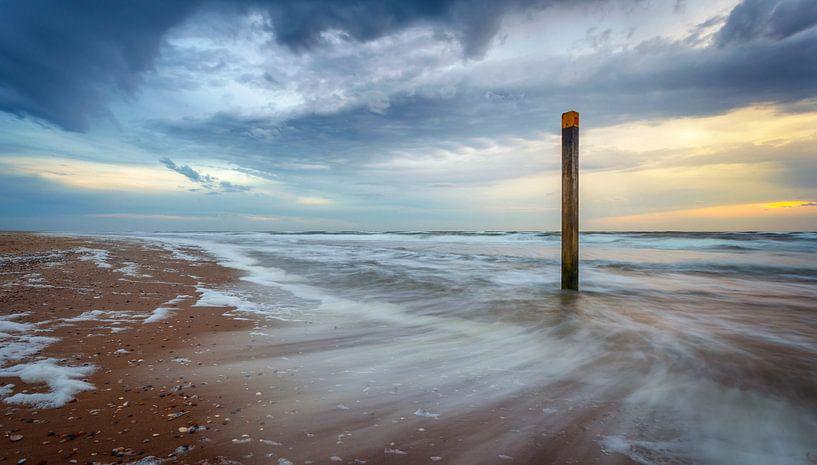 Bewegende zee tijdens zonsondergang Texel van Martijn van Dellen
