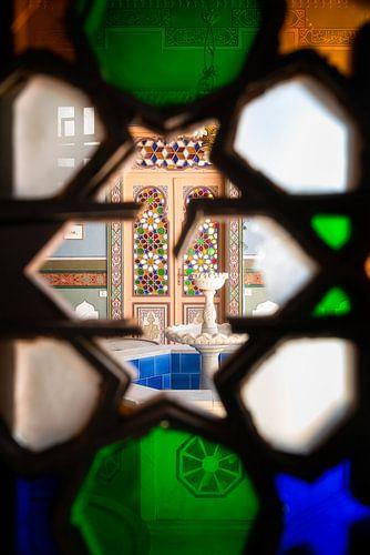 Doorkijken naar Fontein in Verlaten Gebouw.