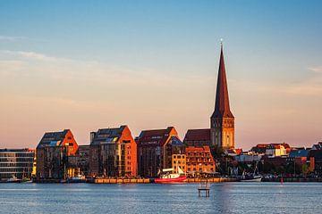 Uitzicht over de Warnow rivier naar de Hanzestad Rostock van Rico Ködder