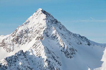 Bergspitze mit blauem Himmel von Aukelien Minnema