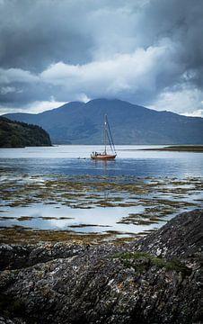 Fischerboot bei Eilean Donan Castle von Ken Costers