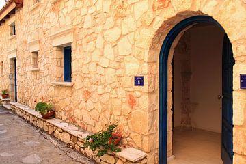 Typische griechische Straße und Häuser von Bobsphotography