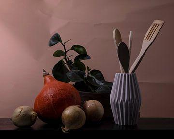 Stilleben mit Kürbis, Zwiebeln, Pflanze und Utensilien von Angela Kiemeneij