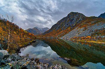 Landschaft: Berge, wo sich die Wolken in den See spiegeln von Glenn Vlekke