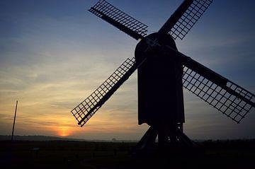 Typisch hollandse molen voor een mooie zonsondergang van Vera Boels
