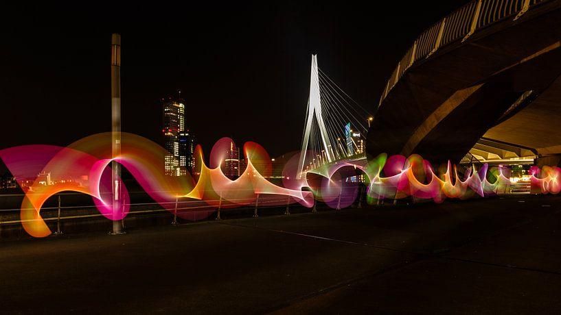 Lightpainting onder de Erasmusbrug in Rotterdam van Licht! Fotografie
