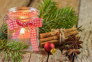 Bougie de Noël rustique dans une lanterne avec ruban et décorations rustiques sur Alex Winter
