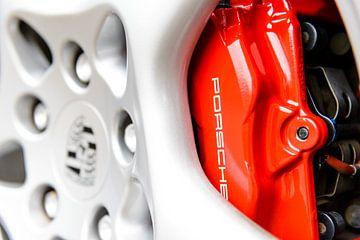Porsche 91 Bremssattel und Leichtmetallfelge an einem Sportwagen von Sjoerd van der Wal