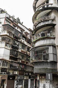 Nauwe straatjes en appartmenten in Macau van Mickéle Godderis