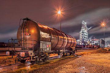 Van de nacht scène met een treinwagon en de industry op de achtergrond, Antwerpen 2 sur Tony Vingerhoets