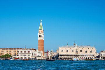 Der Markusplatz mit Dogenpalast und Markusturm in Venedig, von Rico Ködder