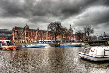 rondvaartboten voor centraal station van Jaap Voets