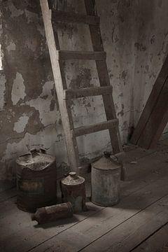 Stilleven met trap en kannen van Herman Peters