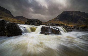 Der Etive River mit seinen vielen kleinen Wasserfällen in Glencoe, Schottland. von Jos Pannekoek