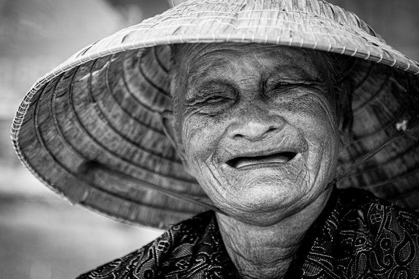 Portret van een lachende Vietnamese vrouw van Ellis Peeters