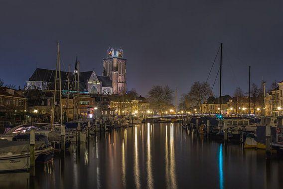 Grote Kerk en Nieuwe Haven in Dordrecht in de avond