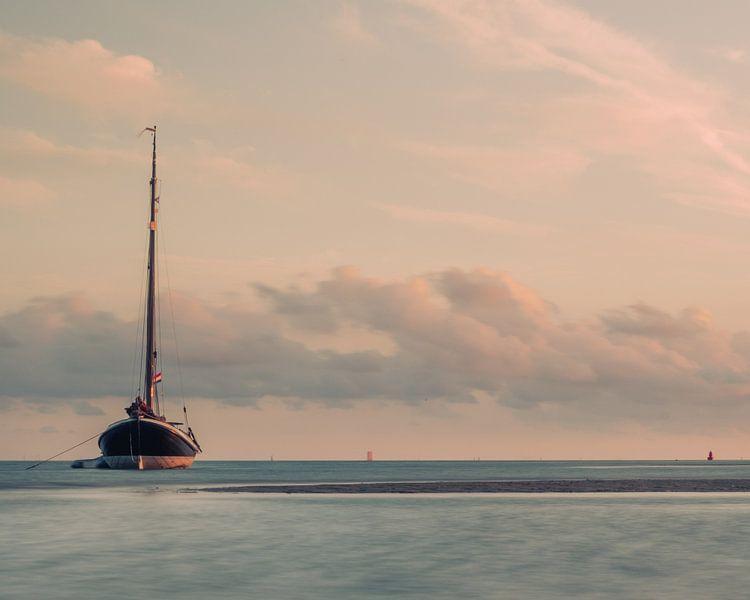 Boot in de Waddenzee. van Marco Zeer