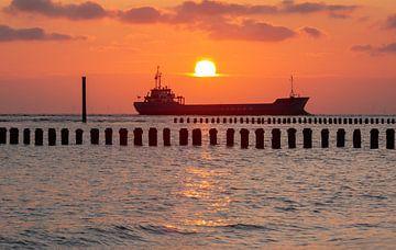 Frachtschiff auf der Nordsee von MSP Canvas