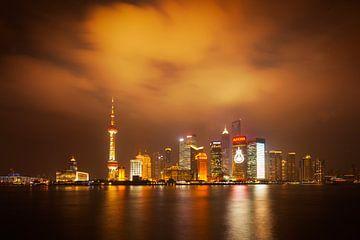 Shanghai skyline bij nacht van Chris Stenger