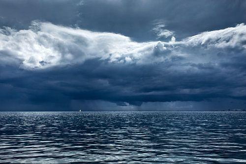 Zware stormlucht boven de Waddenzee van