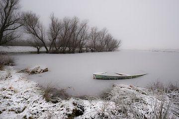 bevroren meer met roeibootje van Moetwil en van Dijk - Fotografie