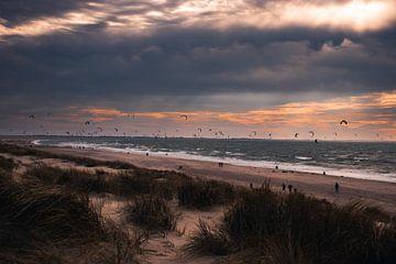 Kitesurfers op het strand van de tweede Maasvlakte tijdens een gure herfstdag van Arthur Scheltes