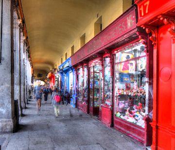 Arcade met souvenirwinkels op Plaza Mayor, Madrid, Spanje, Europa, Spanje. van Torsten Krüger