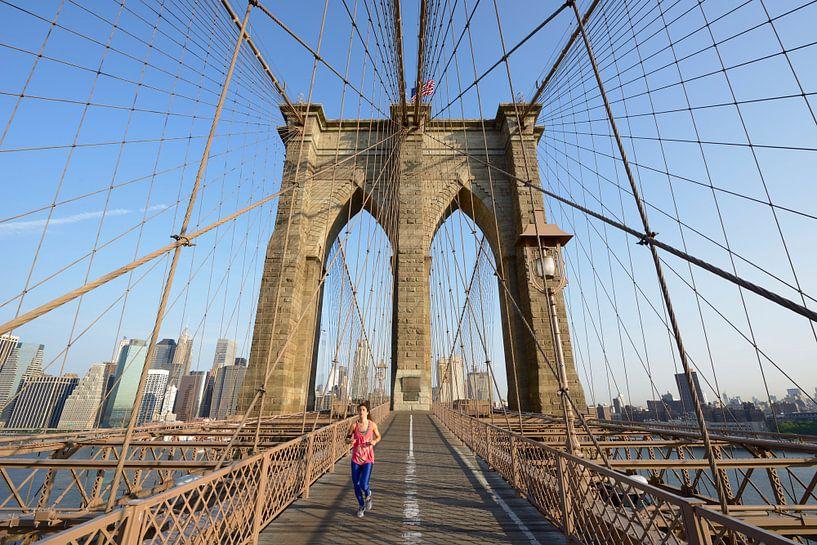 Brooklyn Bridge in New York in de ochtend met een hardloper van Merijn van der Vliet